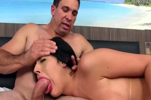 Trans babe Mariana Lins receives Stretched